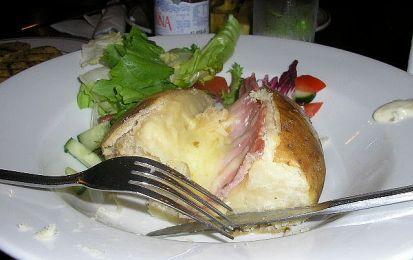 Jacket potatoes - La ricetta delle jacket potatoes fa parte della tradizione della cucina inglese, sono stuzzicanti e si prestano ad essere presentate ottimamente per i vostri secondi piatti delicati e saporiti
