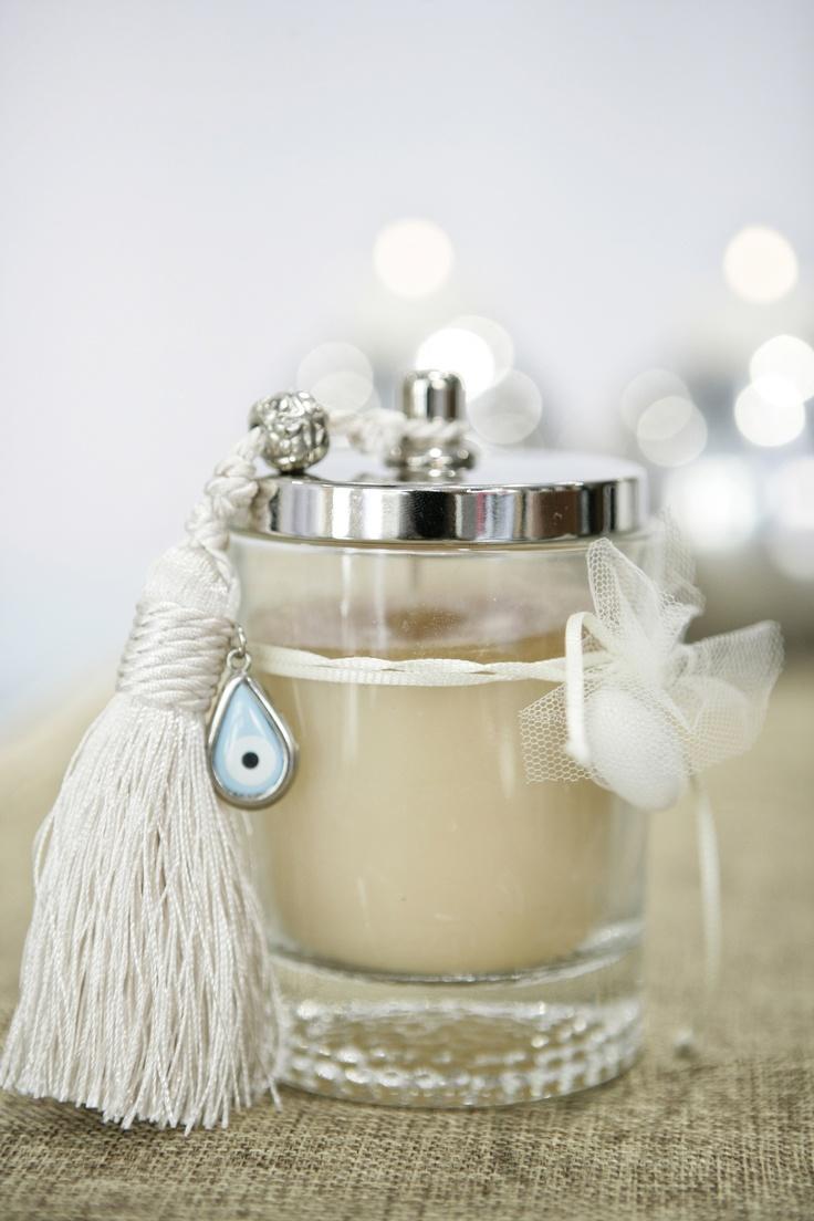 μπομπονιερα κερι σε γυαλινο ποτηρι με inox καπακι διακοσμημενο με φουντα εκρου και ασημενιο ματι