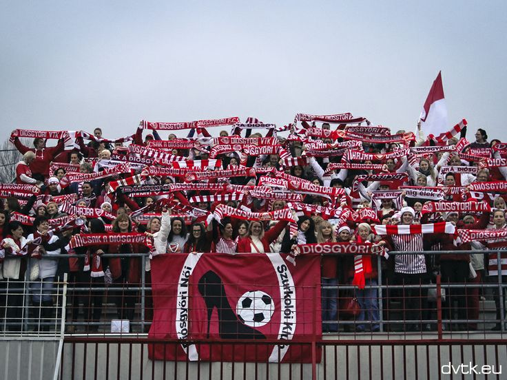 A Diósgyőri Női Szurkolói Klub tagjai a DVTK - Videoton mérkőzés előtt