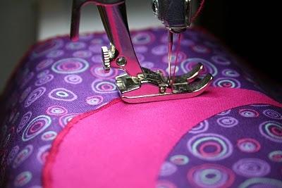 appliqueren is een techniek , waarbij uitgeknipte vormen op een ondergrond worden bevestigd d.m.v. naaien of plakken.