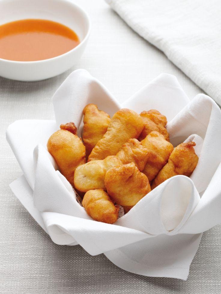 Hondshaaibagnais  Bereiden:Maak de tomatensaus:Laat de boter smelten, voeg de groenten toe en pers de look erover. Maak een roux. Strooi hiervoor de bloem over de groenten, roer goed om en laat even meebakken. Voeg de tomaten toe. Doe het kruidenboeketje erbij enbevochtig met de bouillon. Laat ca. 30 min. sudderen. Roer af en toe door. Verwijder het kruidenboeket en zeef de saus. Breng op smaak met peper en zout en laat de saus inkoken tot de gewenste dikte.Maak het beignetdeeg: