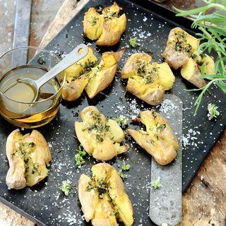 Örterna går att variera efter tillgång och vad potatisen ska serveras till. Blir det ugnsstekt fisk passar dill och gräslök. Till grillat kött, kyckling eller något med Medelhavssmak passar timjan och oregano.