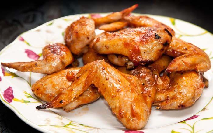 Receta para hacer unas increíbles alitas de pollo al horno con una deliciosa salsa BBQ (barbecue) casera, dulce y ligeramente picante.