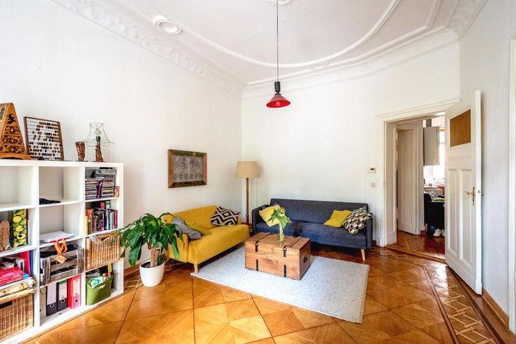 Helles Wohnzimmer mit schönem Parkett-Boden. #Wohnzimmer #Einrichtung #Sofa #Wohnzimmertisch #Couchtisch #Parkett #livingroom #interior #Regal #Aufbewahrung #Organisation