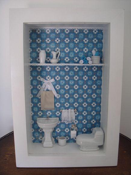 Quadro de miniatura de banheiro para lavabo ou banheiro. Peças em porcelana e toalha bordada a mão. Moldura com vidro. R$ 150,00