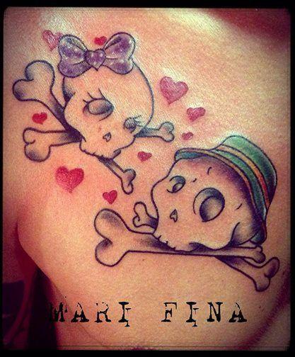 Buona giornata  cari Fans..cominciamo questa bella giornata di sole con 2 teschietti innamorati.. Tattoo Artist:Mari Fina #marifina #tattooart #subliminaltattoofamily Tatuaggi a colori http://www.subliminaltattoo.it/prodotto.aspx?pid=09-TATTOO&cid=18
