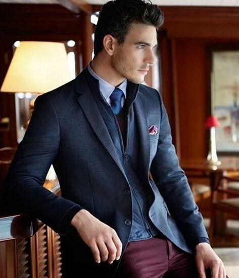 Acheter la tenue sur Lookastic: https://lookastic.fr/mode-homme/tenues/blazer--chemise-de-ville-pantalon-chino-cravate-/689 — Pochette de costume bordeaux — Cravate bleu — Chemise de ville bleu clair — Pantalon chino bordeaux — Blazer bleu marine — Gilet bleu marine
