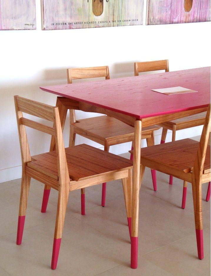 sillas y mesa con patas pintadas