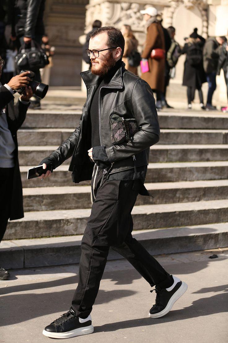 O fotógrafo Leo Faria, habitué das semanas de moda, registrou os melhores looks que passaram por Parisno terceirodia da semana de moda. Acompanhe no FFW suas colunas diárias com o melhor do street style da temporada de Inverno 17/18. Brasileiro de Minas Gerais, o fotógrafo Leo Faria percorre os cinco continentes desvendando cenários e comportamentos, de Paris a Hong Kong, Nova Yorka Dubai, Milão ao Deserto do Atacama, onde fotografa campanhas, ensaios e street style.