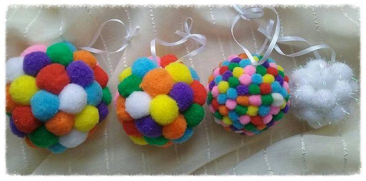 O idee trimisă de Ramona Andra Dragomir - Globuri pufoase. Produse DACOart utilizate: Pom-Pom midi, Pom-Pom mini, Pom-Pom blanco și Mingiucă (diverse dimensiuni, din polistiren).