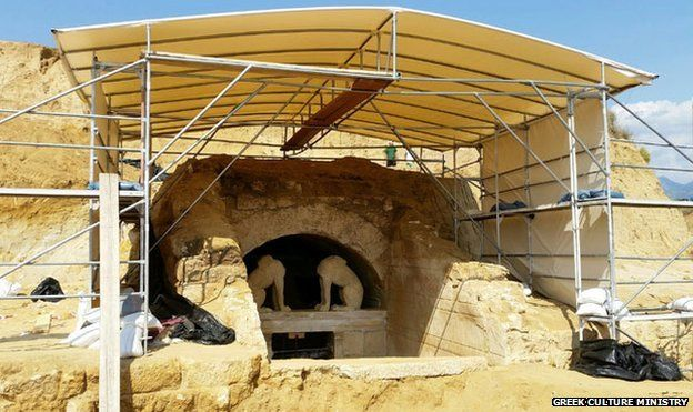 The discovery of an enormous tomb in northern Greece, dating to the time of Alexander the Great of Macedonia, has enthused Greeks, distracting them from a dire economic crisis.