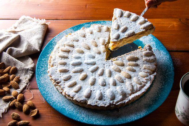 كيكة الجدة الإيطالية الشهيرة بالكريم ذو نكهة الليمون مغطاة باللوز لمقادير الوصفة في اول كومنت Desserts Food Pie