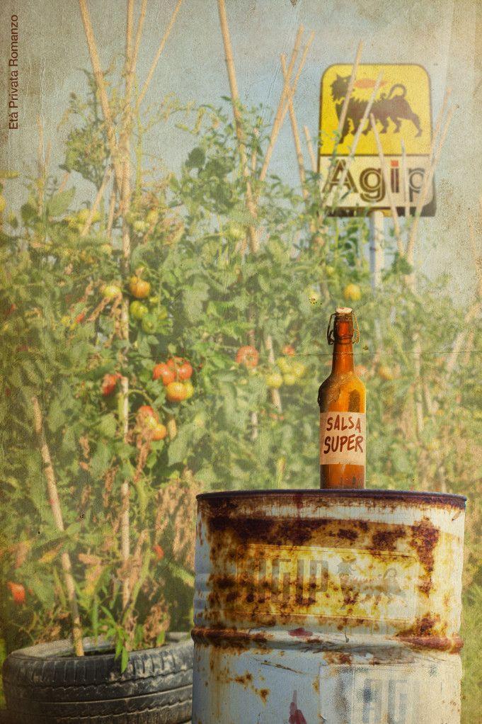 """Il rifornimento di carburante lo facevano la sera prima di partire dal Giovanni dell'Agip. L'estate la passava al chiosco di benzina: «Vado al massimo, vado a gonfie vele...» cantava aprendo un ombrellone vicino a una sedia sdraio, accanto a piante di pomodori seminate dentro a vecchi copertoni riempiti di terra. Non si faceva mancare niente e a Ferragosto per fare la salsa metteva a bollire i suoi San Marzano dentro a grossi bidoni di latta. """"Una conserva super""""."""