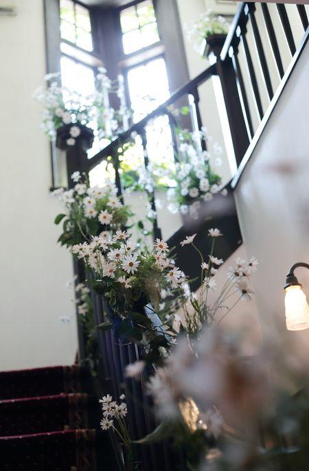 今週のシェ松尾松濤レストラン様の装花はマーガレット三昧、でももうマーガレットは終わりになる時期で代替案もご了承いただいた上で最後までできるかどうかドキドキ...