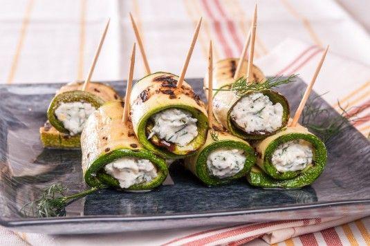 Вкусни и много лесни за приготвяне, ролцата от тиквички с крем сирене са чудено…