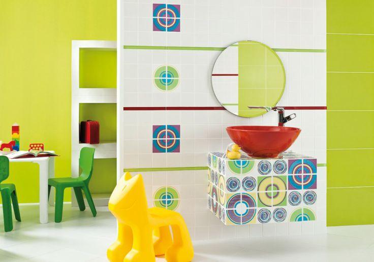 """Oxicer/Oxi - seria płytek ceramicznych w młodzieżowym stylu; wzory zaprojektowano tak, by """"rosły"""" wraz z dziećmi (wystarczy zmienić dodatki, by aranżację łazienki dostosować do wieku pociech). Cena: ok. 55,35 zł/m² (płytki ścienne 9,8x9,8 cm, 19,8x19,8 cm), ok. 7,38 zł/szt. (dekoracje 9,8x9,8 cm), ok. 12,30 zł/szt. (listwy 1,5x19,8 cm), Ceramika Paradyż."""