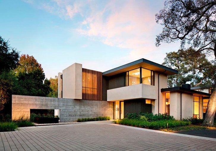 Этот дом вКалифорнии — отличный пример того, как современная архитектура может сочетаться с окружающим ее ландшафтом. Особняк аккуратно расположился среди деревьев, а затем вокруг него высадили и другие растения. Окружающее пространство так завораживает, что окна в пол без штор — это лучшее, что можно было придумать. Внутри гармония цветов и материалов: серый и белые цвета …