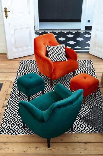 Un tapis graphique black & white accompagne les fauteuils colorés en velours