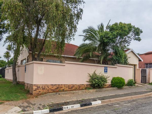 2 Bedroom House in Greymont, A comfortable 2 bed 2 bath home situated on a corner stand. Spacious open plan kitchen and living areas. Single garage and built in open braai Add your personal touch and make this yours...