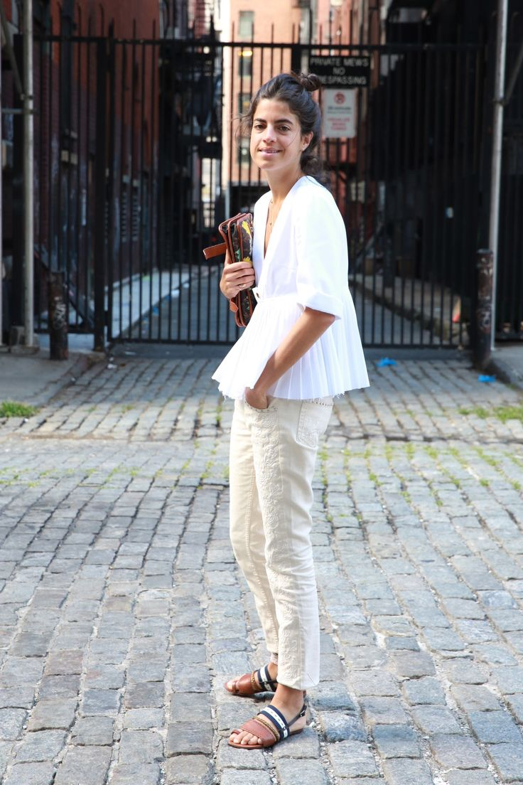 Pantalón beige y blusa blanca