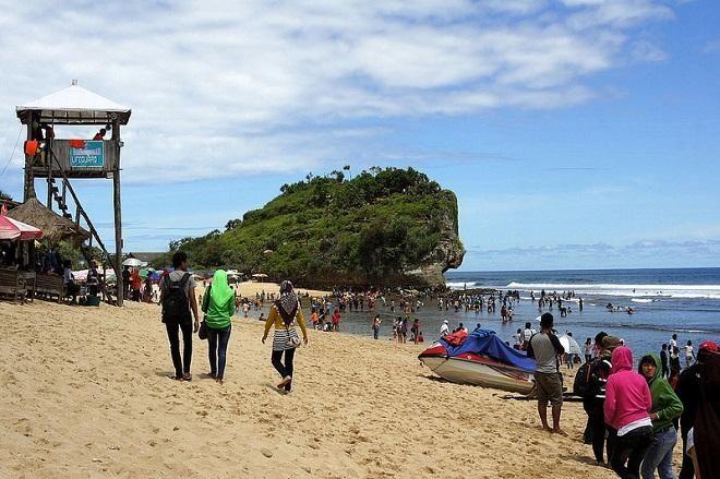 Gelombang Tinggi, Wisatawan Diminta Tak Berenang di Sepanjang Pantai Selatan Lebak