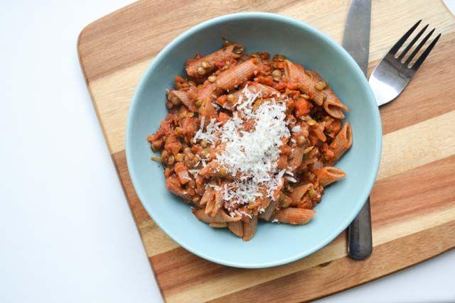 Deze pasta bolognese van linzen biedt al het comfort van een echte bolognese, maar dan zonder het gehakt. Handig als je minder bewerkt vlees wil eten!