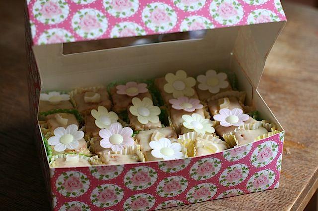 Perfect fondant fancies with fondant icing recipe - Maison Cupcake