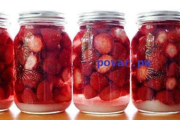 Ароматный ликер  Нам пригодится: -0,5 кг спелой, сладкой клубники; -0,5 л водки или спирта, разведенного до 40-45%;  -250-300 г сахара; -½ часть большенького лимона; -200 мл отстоянной воды.  Приготовление следующее: Клубнику промываем, удаляем плодоножки и режем пополам (если ягоды крупные, то можно и на четвертинки). Засыпаем клубнику в литровую банку и заливаем её водкой. При этом важно, чтобы все ягоды были покрыты водкой. Можно ее взять больше и налить по самые края банки. Также…