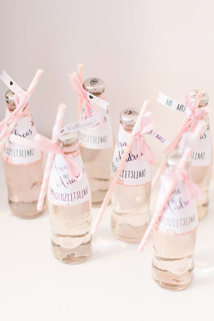 Kleine Wasserflaschen, die mit einem hübschen Strohhalm und einem individuellen Etikett personalisiert wurden. Die Wasserflaschen waren für die Brautjungfern beim Getting Ready der Hochzeit gedacht.  Foto: Marco Hüther – Liebe zur Hochzeit