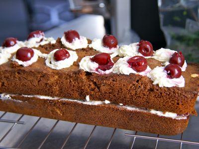 De Schwarzwalder cake is een heerlijke chocolade cake met kersen en slagroom. Cake is in Engelstalige landen een verzamelnaam voor gebak of taart. In Nederland kent men voor cake enkel het rechthoekige zachte gebak. Vandaag maak ik een chocolade cake met kersen en slagroom. Een zogenaamde Schwarzwalder cake.