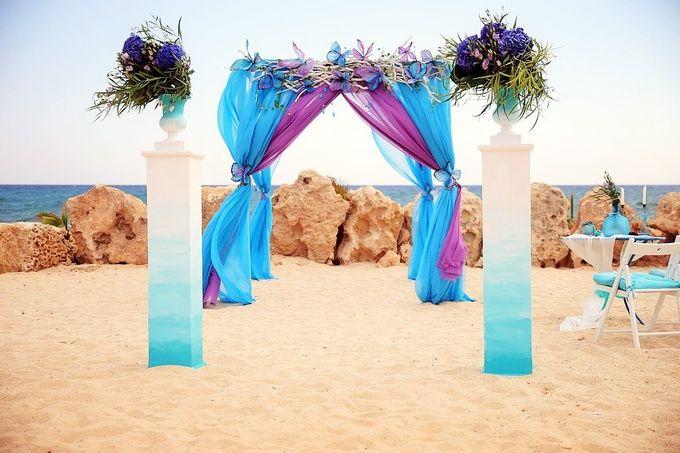 Выездная церемония на Кипре. Целая палитра ярких красок порхала на пляже по желанию невесты.