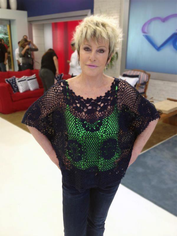 Ana Maria Braga com uma blusa preta de crochê que você pode fazer com Cléa 5