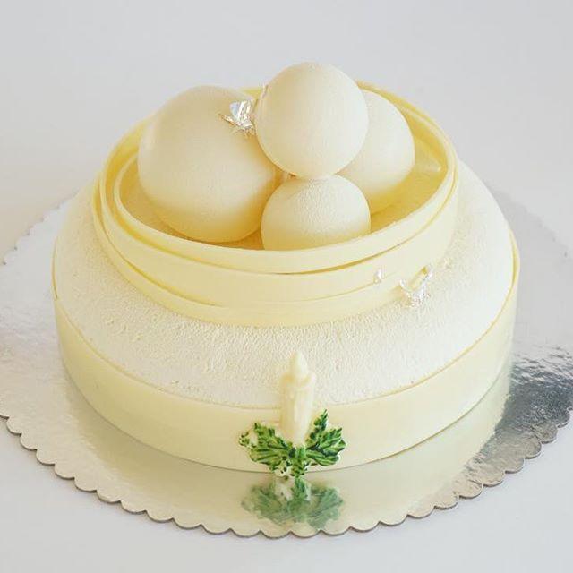 """И в той же тематике,""""Запретный плод"""",карамель,яблоки и фундук. Все эти тортики на нашей витрине и на заказ на новый год. Всем xорошего теплого декабрьского вечера!😘😘😘 #pastrycheflife #pastrychef #pastryinspiration #pastrylove #moderncake #dessertartisan"""