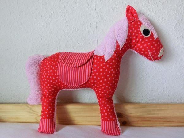 Nadelfee - made by wishcraft: Freebook Kuschelpferd, mit der Anleitung von Mamas Kram mit 4 Beinen nähen? Dann könnts stehen...