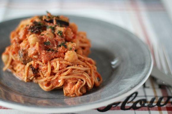 RECEPT. Fördelen med pastasås är just att man kan variera sina ingredienser utefter vad man är sugen på. Välj grönsaker/bönor/kryddor som just du gillar.