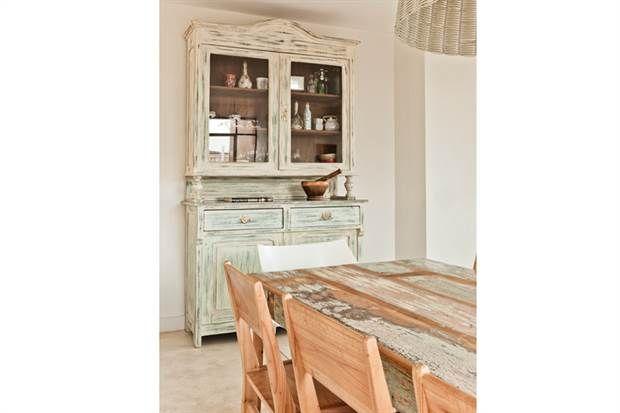 La mesa de todos los días tenía que ser jovial y alegre, por eso utilizamos madera de demolición que mostrara una variedad de colores.
