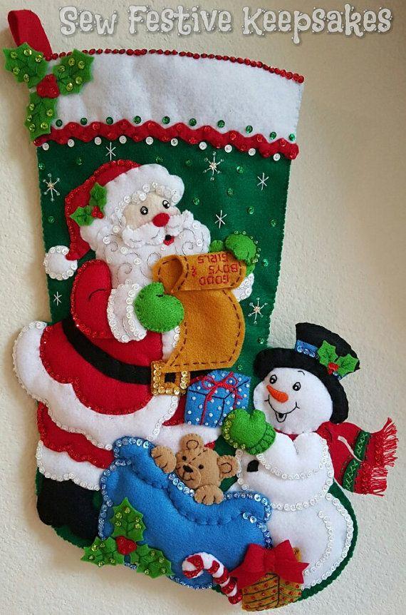 Él está haciendo una lista... comprobación dos veces! Este fieltro hecho a mano media características de Santa Claus, preparándose entregar regalos de Navidad a todos los buenos niños y niñas. Ayudar a Santa, es un muñeco de nieve feliz, esperando que su nombre está en la lista, demasiado! Media mide 18 pulgadas y es ligeramente relleno de dimensión. La personalización es opcional y gratuita. Para la personalización, por favor anote el nombre en un comentario cuando realices tu order.* H...
