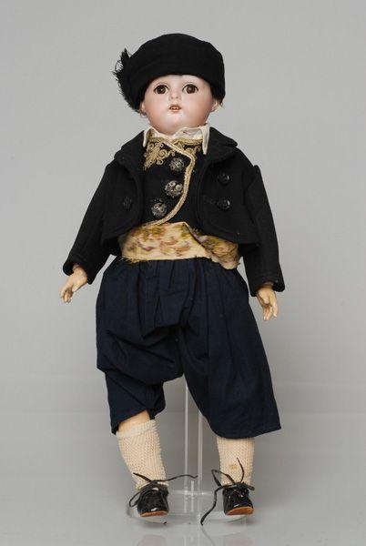 Πορσελάνινη κούκλα από τη συλλογή της βασίλισσας Όλγας ντυμένη με την ανδρική φορεσιά της Κέρκυρας
