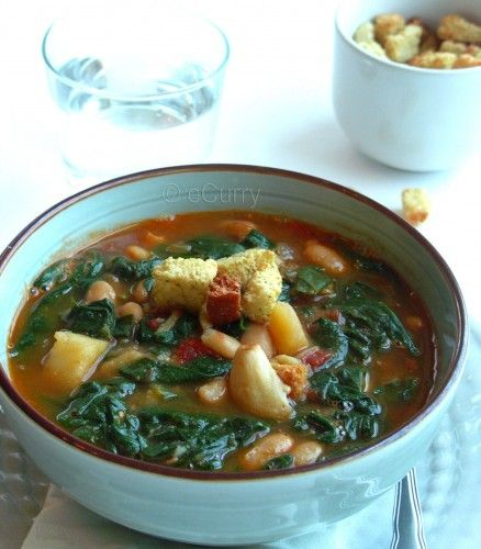 Spinach soup with potato and fried garlic