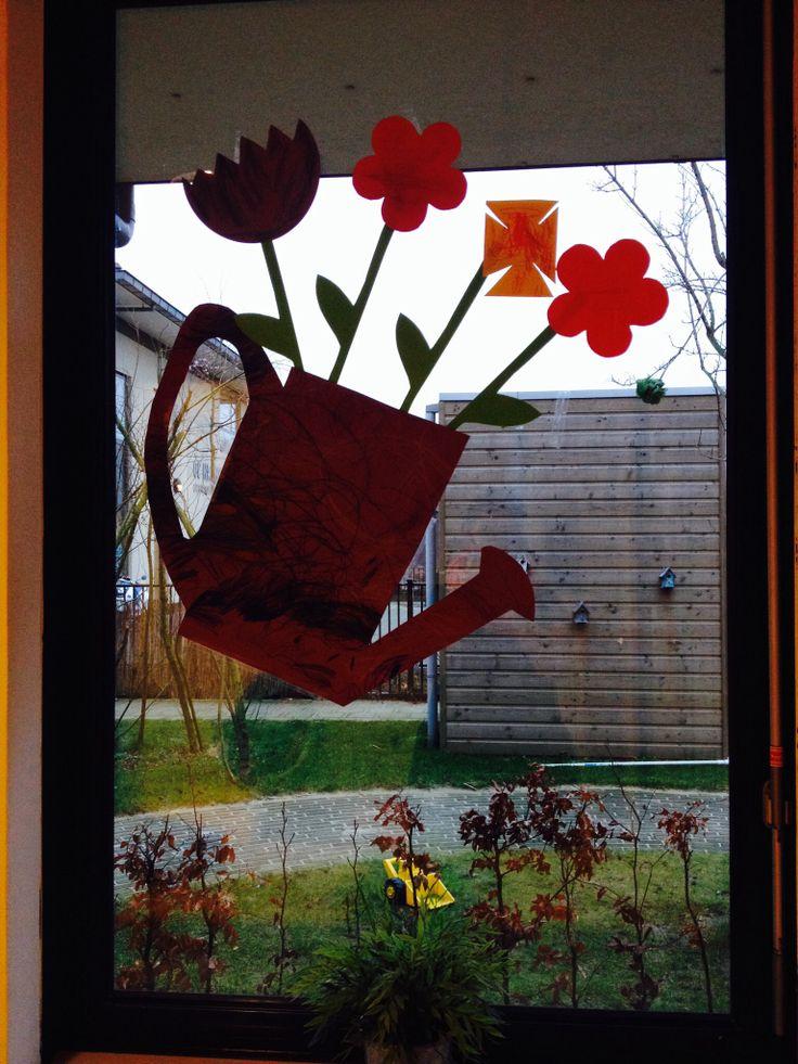 Knutselen Gieter Heb de kinderen 2-4jaar een groot vel laten kleuren daar een gieter van gemaakt bloemetjes geverfd en gekleurd en hopla