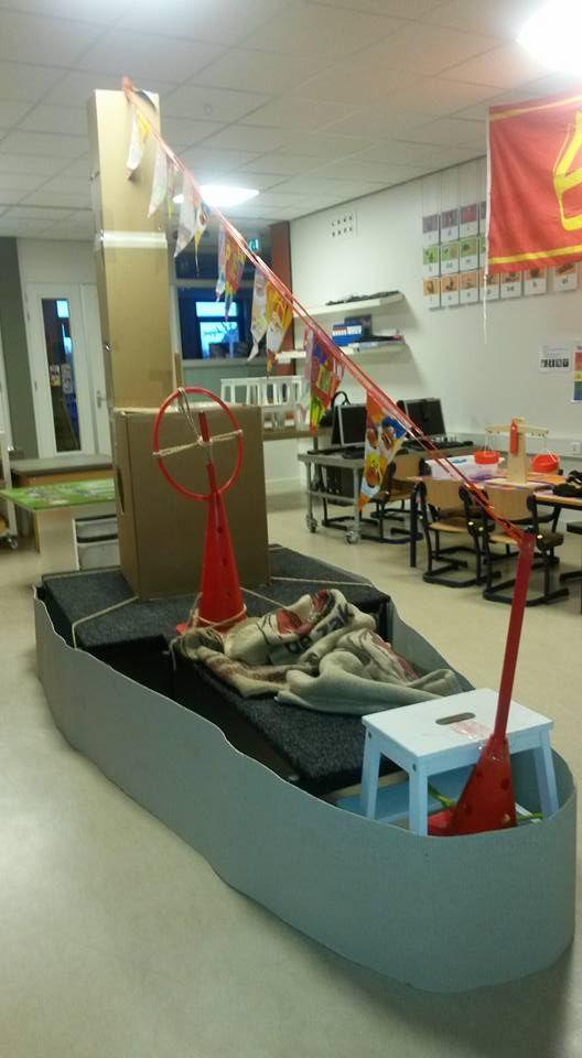 Stoomboot maken: lage stoelen en tafels bekleden en omtrekken met gekleurd karton. Vlaggenlijn, stuur gemaakt van kegel + hoepel. En kartonnen dozen.
