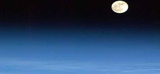 Um astronauta, um dos mais famosos atualmente, posta periodicamente fotos do espaço em sua conta do Google+, hoje a estrela é a Lua, a mais linda de todas.