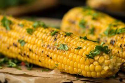 Maiskolben grillen - lecker mit Kräutern und Butter.