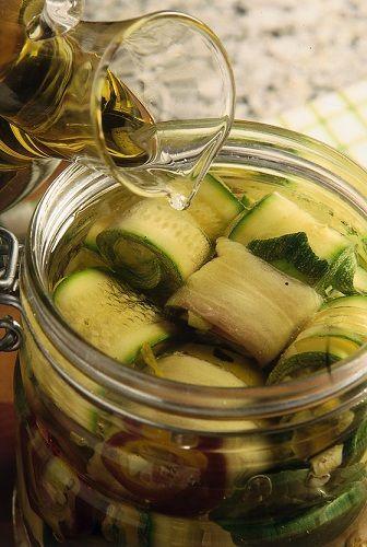Oggi vi presentiamo la ricetta per preparare le zucchine sott'olio in casa, una conserva buonissima e versatile perfetta per tutte le occasioni, provatela!