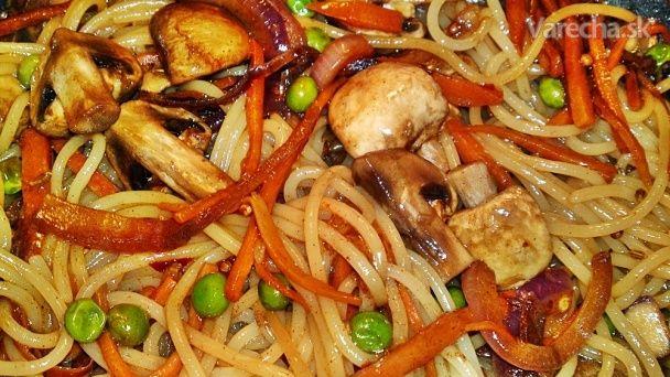 Opražané spaghetti so zeleninou