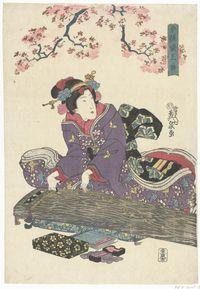 Geisha, in paarse kimono met vlinder en kraanvogel motief, de koto bespelend onder roze bloesemtakken.