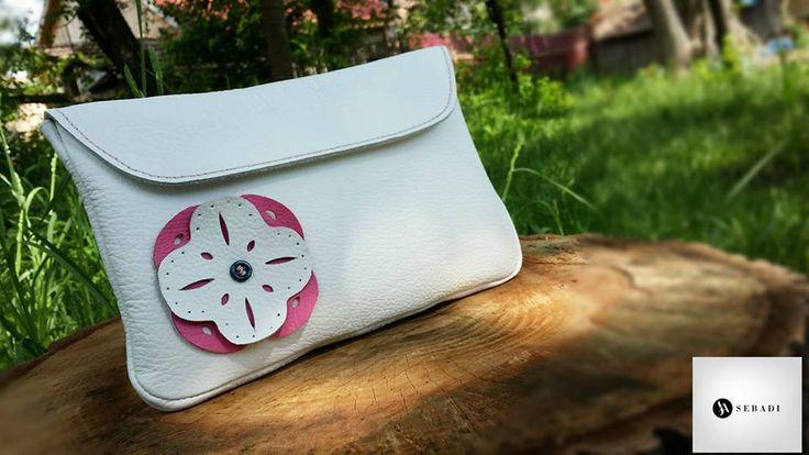 Husa pentru tableta din piele naturala 1 -alb zapada -pentru tableta de 7'' -capac captusit -decorat cu piele in forma de floare roz cu alb -inchidere prin velcro  -dimensiuni l=21cm h=14cm g=1cm  PRET: 70 lei