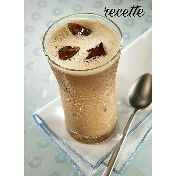 MOCHACCINO CHAUD ou GLACE  1 shake = env. 233 kcal  Ingrédients : 1 dose Complete Chocolat 200 ml de lait écrémé (0,1%) ou de lait végétal 50 ml de café 1 pincée de cannelle 1 cuillère rase de graines de chia  Préparation : -Chauffez le lait -Ajoutez du café et de la cannelle -Incorporez le Complete Chocolat avec un fouet -Ajouter les graines de chia  Pour la version glacée: -Laissez refroidir puis intégrez des glaçons