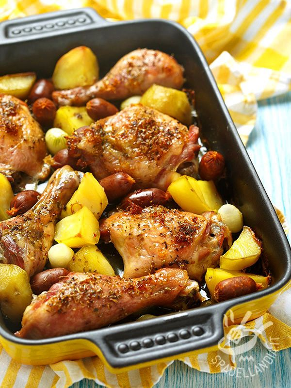 Pollo con salsiccette e patate: un secondo appetitosissimo da gustare quando si ha voglia di qualcosa di molto succulento. Davvero irresistibile.