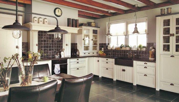 Mooie landelijke keuken leuke schouw boven de kookplaat en mooie grote spoelbak keuken - Keuken uitgerust voor klein gebied ...